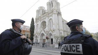 I poliziotti francesi sorvegliano la chiesa di Notre Dame a Nizza, dove un terrorista islamico ha ucciso tre persone