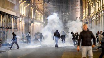 Torino, tensioni alla manifestazione contro misure anti Covid