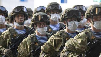 Russia, militari in parata (La Presse)