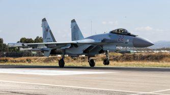 Su-35 russo nella base di Hmeimim in Siria (La Presse)