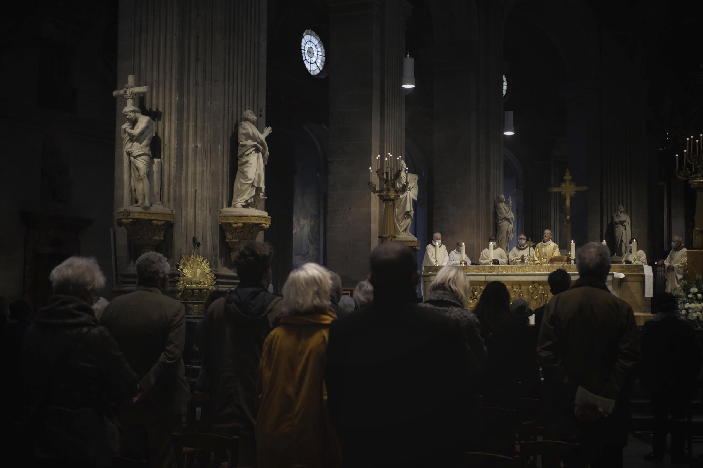 Lo scontro tra Macron e i vescovi