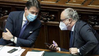 Giuseppe Conte e Roberto Gualtieri alla Camera (La Presse)