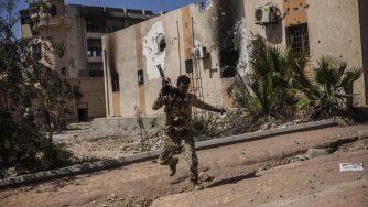 Libia, soldato combatte a Sirte (La Presse)