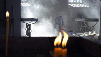 Nagorno Karabakh, cantiere in chiesa danneggiata da bombardamenti azeri (La Presse)