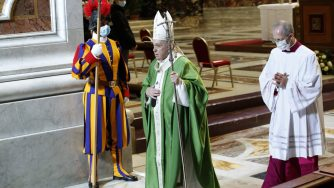 Papa Francesco celebra la Messa per la giornata mondiale dei poveri (La Presse)