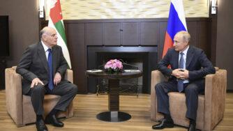 Russia, Putin con il leader della provincia fuggitiva della Georgia in Abkhazia a Sochi (La Presse)