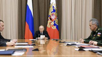 Il presidente Vladimir Putin insieme ai vertici militari russi (LaPresse)