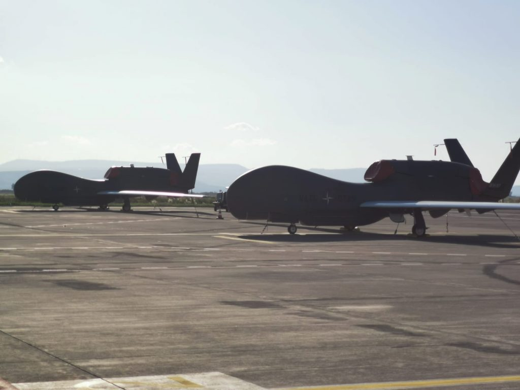 L'arrivo dell'ultimo drone Global Hawk della Nato a Sigonella per il programma Ags