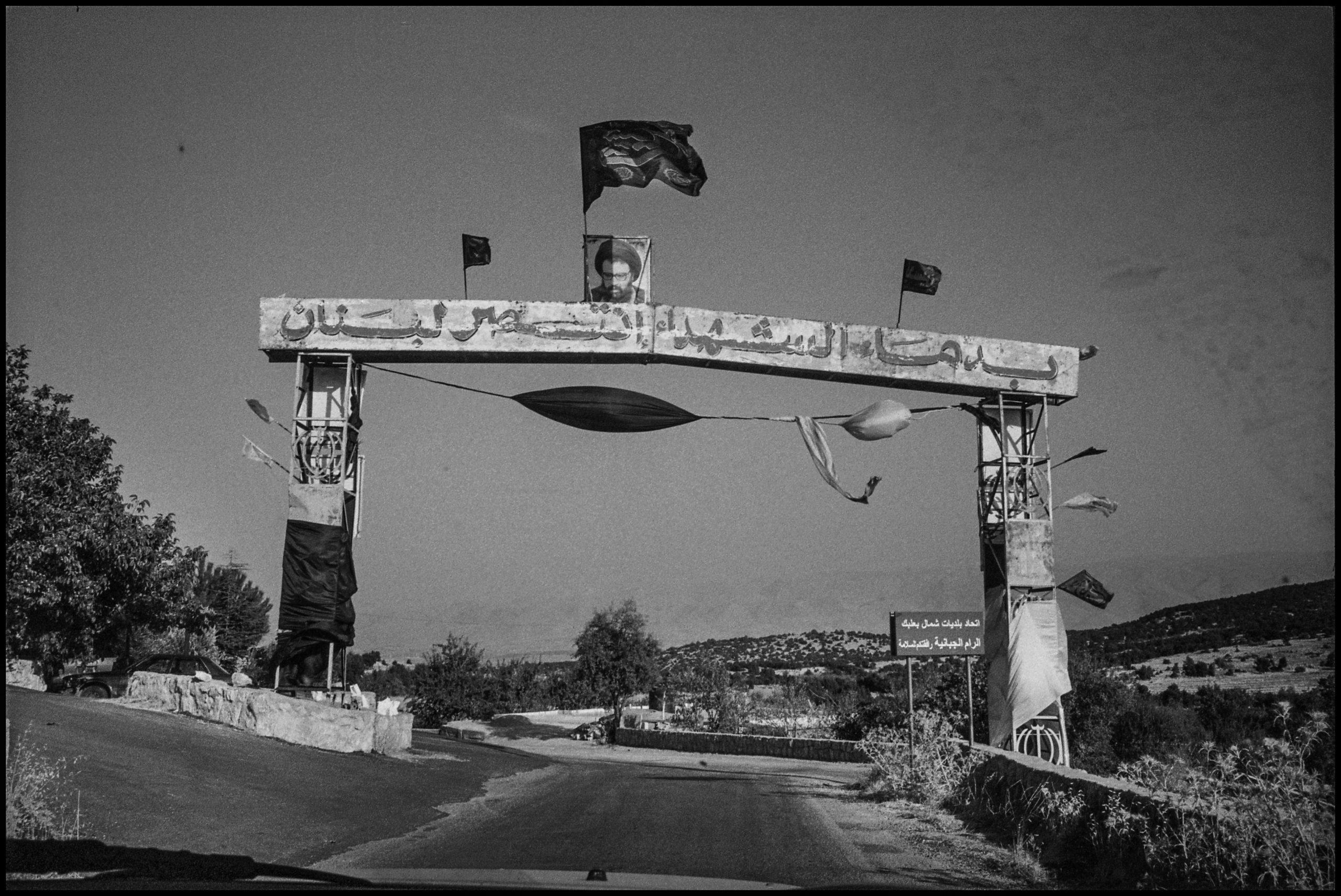 Una bandiera di Hezbollah, il Partito di Dio nella Valle della Bekaa (Ivo Saglietti)