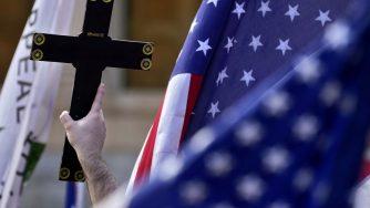 Bandiera degli Stati Uniti con Crocifisso dopo la vittoria di Joe Biden (La Presse)