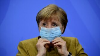 Angela Merkel si mette mascherina (Getty)