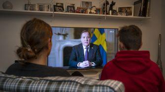 Il primo ministro svedese Stefan Lofven parla dell'emergenza coronavirus alla nazione (LaPresse)