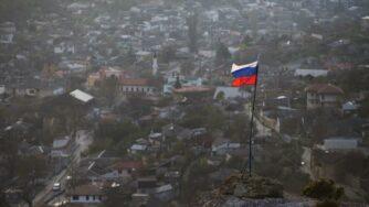 Crimea, bandiera della Russia (La Presse)
