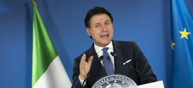 Giuseppe Conte bandiere presidenza consiglio (La Presse)