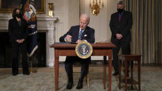 Biden firma (La Presse)
