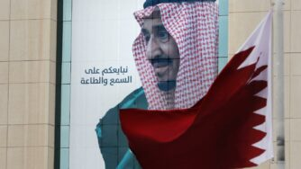 Crisi del Golfo, re Salman e bandiera del Qatar (La Presse)