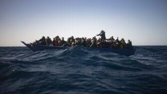 Migranti assistiti dagli operatori umanitari dell'Ong spagnola Open Arms nel Mar Mediterraneo (La Presse)