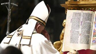 Papa Francesco celebra la messa della vigilia di Natale in Vaticano (La Presse)