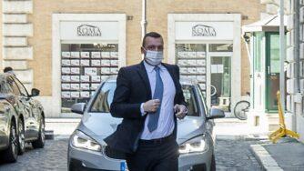 Rocco Casalino arriva di corsa al Senato (La Presse)