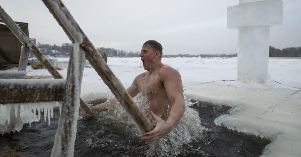 Il bagno acqua gelida Epifania ortodossa (La Presse)
