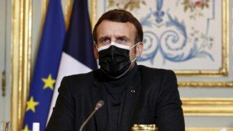 Emmanuel Macron mascherina videoconferenza (La Presse)