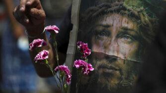 Messico, processione religiosa con immagine di Gesù Cristo (La Presse)