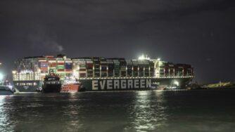 Nave Ever Given di notte nel Canale di Suez (La Presse)