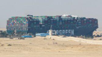 Nave Ever Given ferma a Suez lavori (Getty)