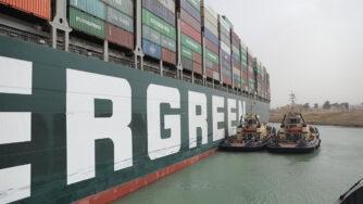 Nave portacontainer Ever Given arenata nel Canale Suez - iniziati i lavori per sbloccare l'imbarcazione