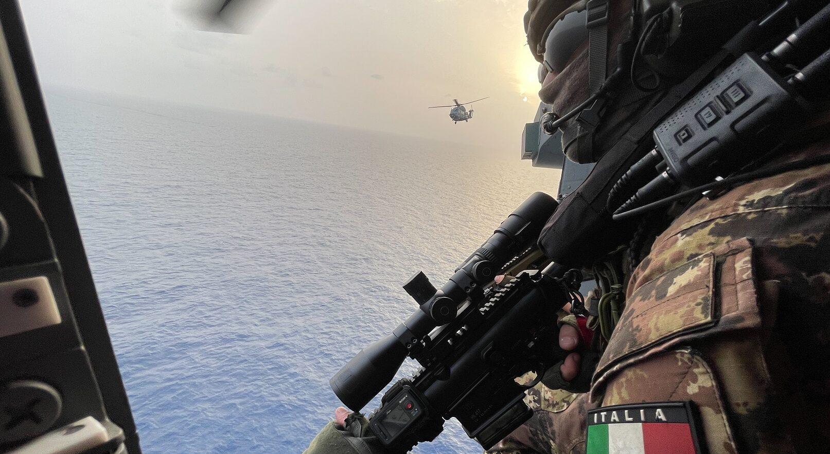 Elicottero di nave Luigi Rizzo attacco pirati (Ufficio Stampa Marina Militare)