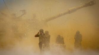 Artiglieria israeliana spara contro Gaza (LaPresse)