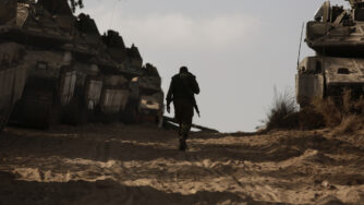 Gaza, soldato israeliano al confine (La Presse)