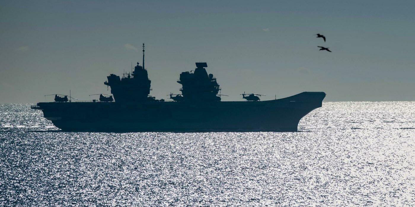 Portaerei Queen Elizabeth passa lo stretto di Gibilterra (La Presse)