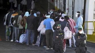 Lampedusa, gruppi di migranti (La Presse)