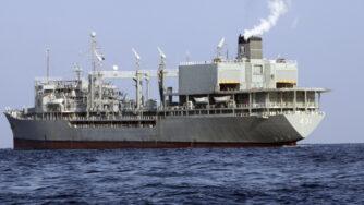 Golfo dell'Oman, incendio a bordo della nave Kharg