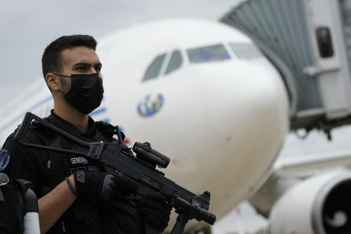 Gendarme Francia attende aereo di rifugiati da Kabul (La Presse)