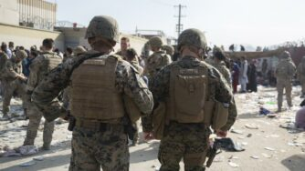 Afghanistan, soldati all'aeroporto di Kabul (La Presse)