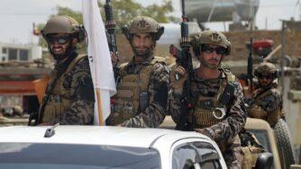 talebani presso aeroporto a Kabul (La Presse)