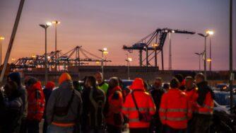 Genova, proteste dei portuali (Fotogramma)