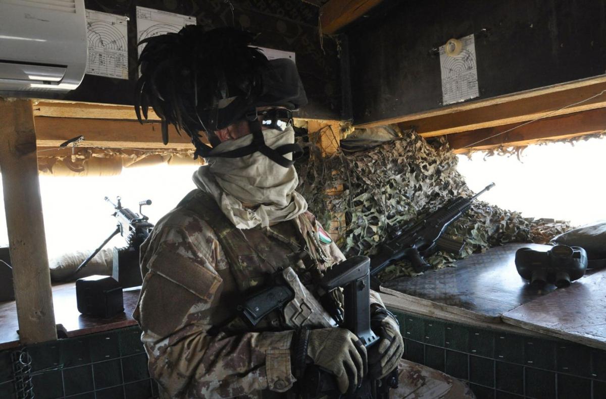 Bersagliere in una postazioen trincerata a difesa della diga di Mosul