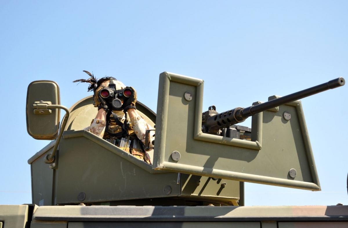 Bersagliere italiano  sulla torretta di un Lince che fa parte del dispositivo di sciurezza della diga di Mosul DSC_0735