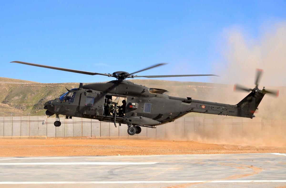 Elicottero Nh 90 in atterraggio nella base della diga di Mosul DSC_0830