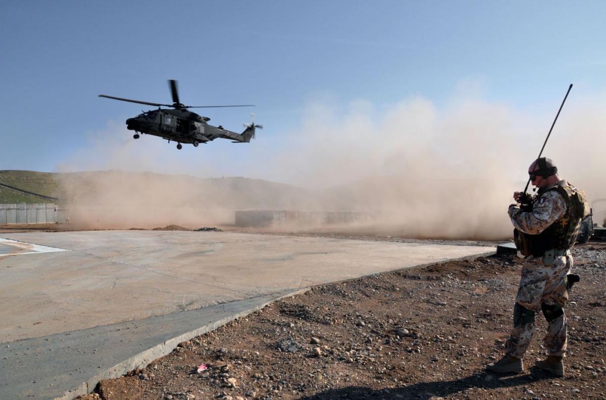 Elicottero italinao Nh 90 atterra nella base della diga di Mosul DSC_0826