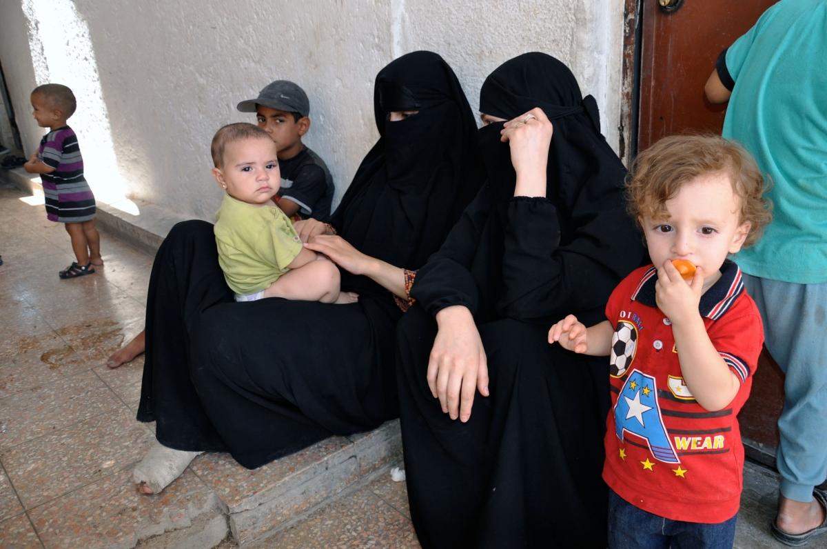 Le mogli dei combattenti dell'Isis segregate a destra una cecena che si copre il volto con i figli DSC_0315