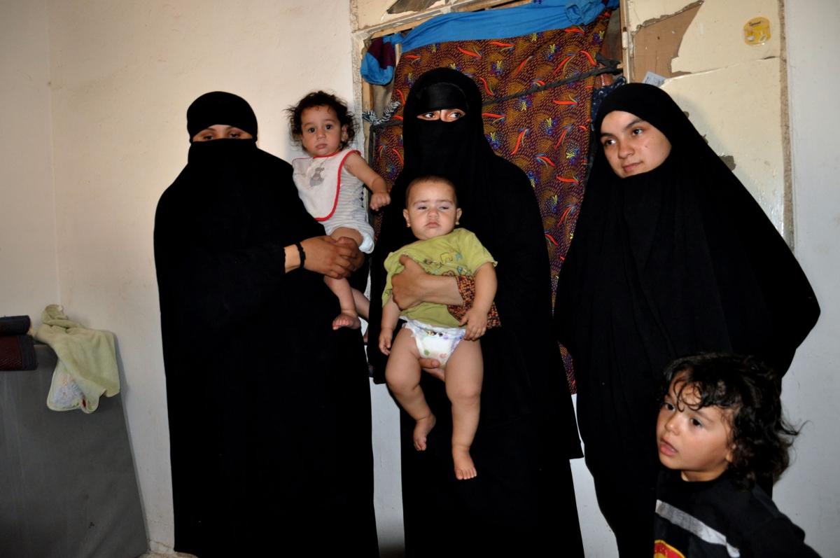 Le mogli dell'Isis con i figli a destra la libanese che ha rivelato come una giovane jihadista italiana sia stat lapidata a Raqqa DSC_0314