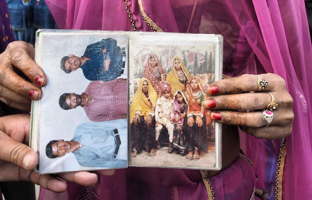 Una ex sposa bambina mostra la foto del giorno del suo matrimonio quando aveva appena otto anni  ®Maurizio Faraboni