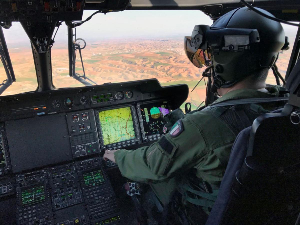 Pilota di un celiottero Nh 90 in volo verso la diga di Mosul IMG_6065